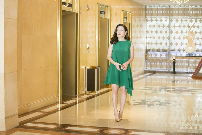 Bà mẹ hai con lựa chọn một thiết kế đơn giản với tông màu xanh, mang đến vẻ đẹp mềm mại, dịu dàng.