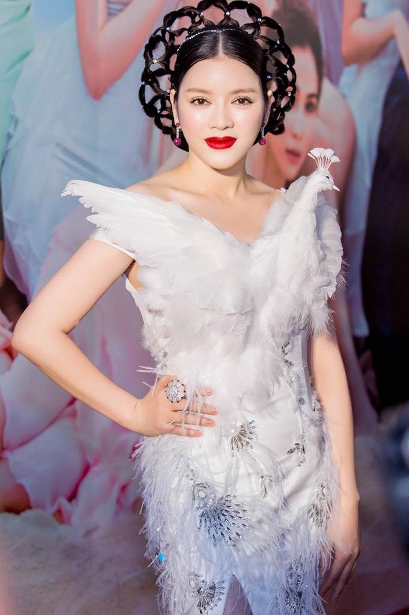 Lý Nhã Kỳ không diện những bộ trang phục đến từ những thương hiệu hàng đầu thế giới như thường thấy, mà lần này cô lại chọn một bộ đồ từ NTK Việt Nam. Bộ váy được thực hiện theo tinh thần Haute Couture.