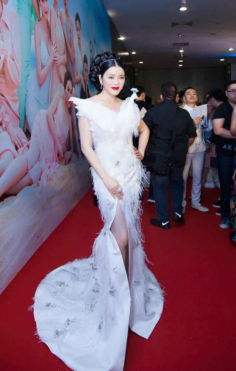 """Tạp chí Gala hồi tháng 5/2016 đã ca ngợi Lý Nhã Kỳ là """"cô gái quyến rũ"""" kèm dòng chú thích """"Việt Nam tỏa sáng""""."""