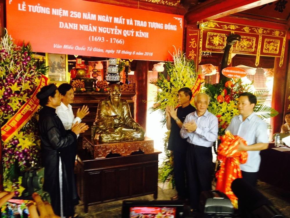 Nghi lễ mở khăn đỏ và Trao Tượng đồng danh nhân Nguyễn Quý Kính.