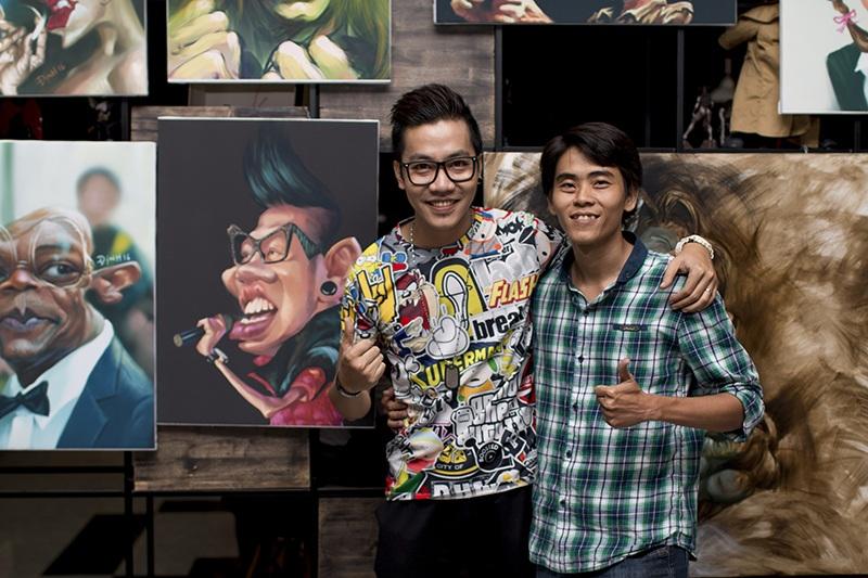 Hoàng Rapper hứng khởi khi được hoạ sĩ Định Nguyễn tặng bức hí họa chân dung rất tinh xảo và công phu về mình.