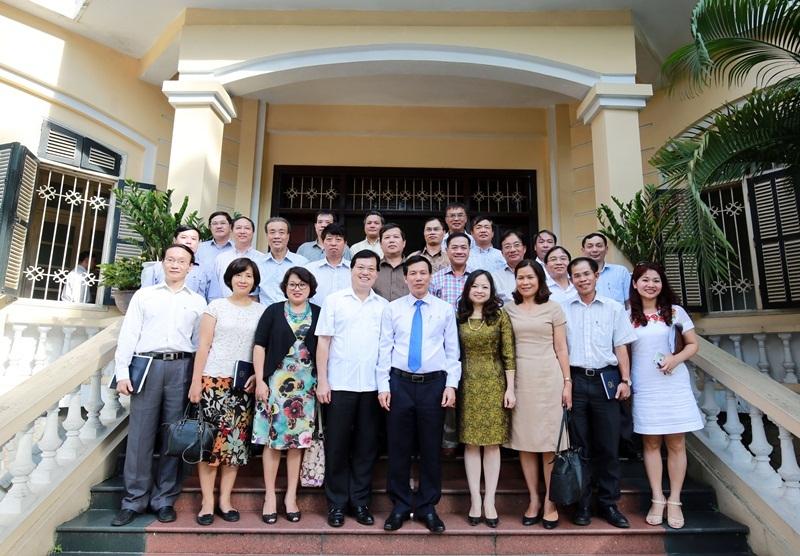 Bộ trưởng Nguyễn Ngọc Thiện cùng các đại sứ, trưởng cơ quan đại diện Việt Nam mới được bổ nhiệm nhiệm kỳ 2016-2019.