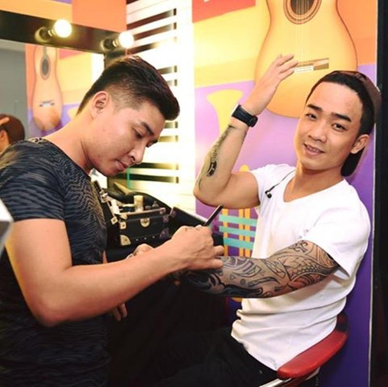 Đỗ Duy Nam với cánh tay tái hiện những hình xăm biết hát của ca nhạc sĩ Trần Lập. (Ảnh: NVCC).