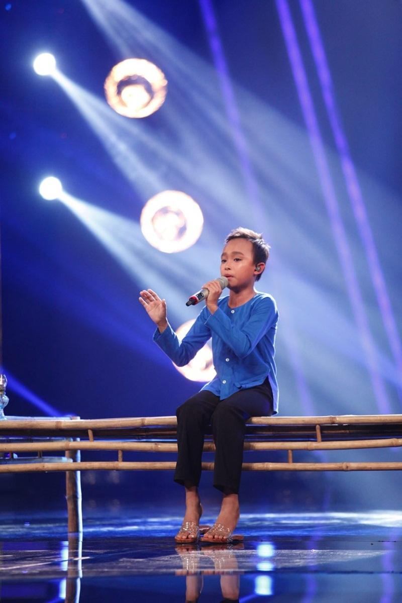Hồ Văn Cường được gọi tên sứ giả cảm xúc vì giọng ca biết cách len lỏi vào trái tim khán giả.