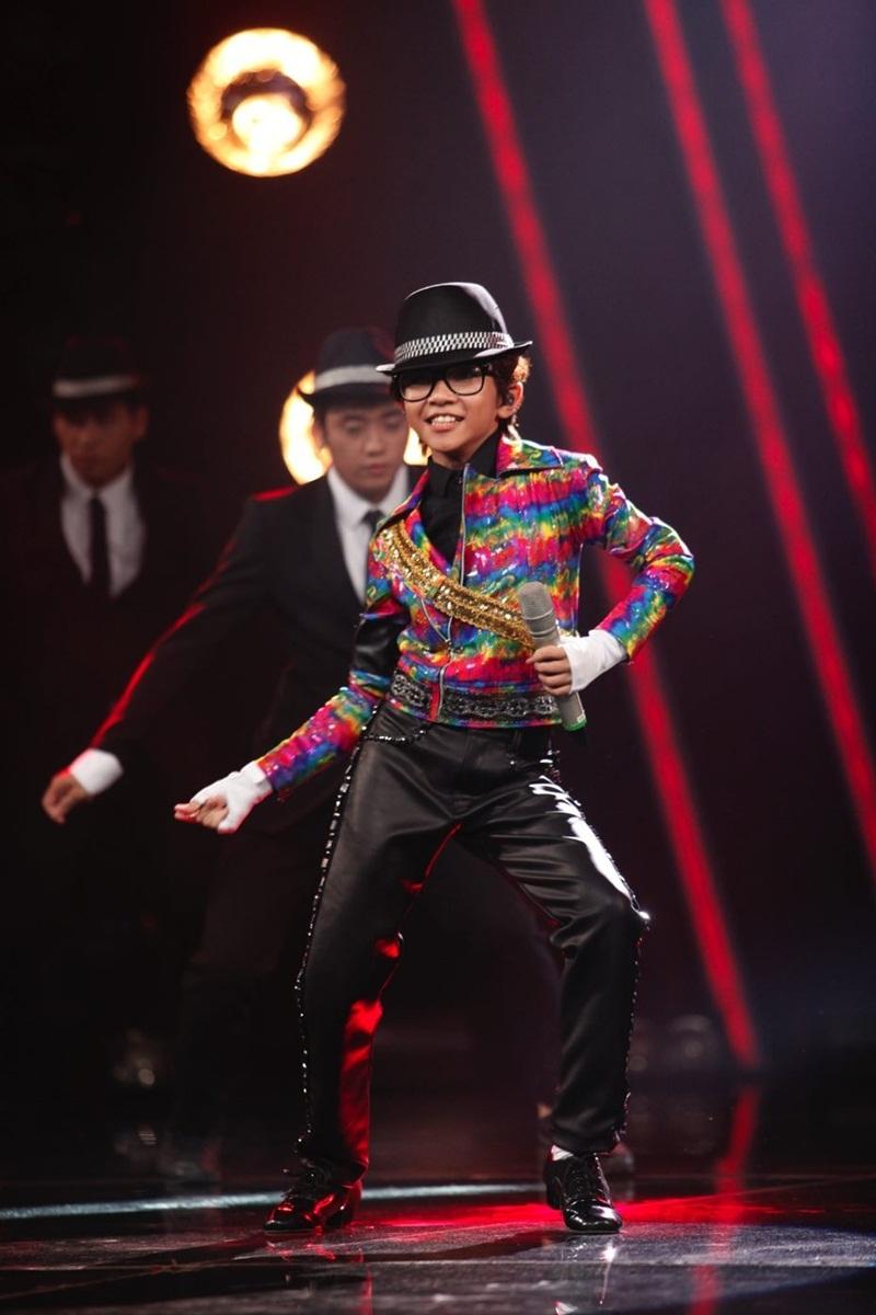 """Được giám khảo Isaac cho """"đề"""" khó khi phải vừa hát, vừa nhảy nhiều và còn phải nhảy với vũ đoàn trong liên khúc Beat it – They don't care about us của Michael Jackson, Thiên Tùng đã """"đốt cháy"""" sân khấu sau chỉ vài phút mở màn. Những động tác vũ đạo """"đóng mác"""" ông hoàng nhạc pop được Thiên Tùng trình diễn rất điêu luyện và tự tin. Với yêu cầu """"khó"""" của giám khảo Isaac, Thiên Tùng đã mở màn vô cùng ấn tượng và làm chính """"giáo viên phụ trách"""" là Isaac nhún nhảy theo suốt màn biểu diễn và cảm thấy tự hào: """"Con hát khiến máu chú dồn tới não là điều chú muốn thấy ở Thiên Tùng từ lâu rồi. Chú cũng thấy có lỗi khi yêu cầu con nhiều như vậy nhưng hôm nay con làm rất tốt"""". Anh cũng ví Thiên Tùng giống Trọng Hiếu vì khả năng vừa hát vừa nhảy hiếm có."""