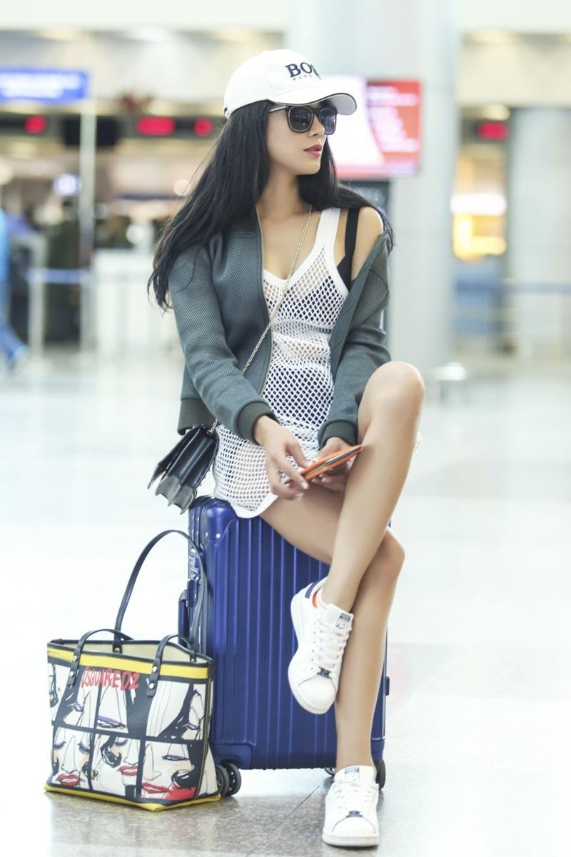 Diệp Lâm Anh diện trang phục lưới đầy sexy ra sân bay đi Hàn Quốc công tác.