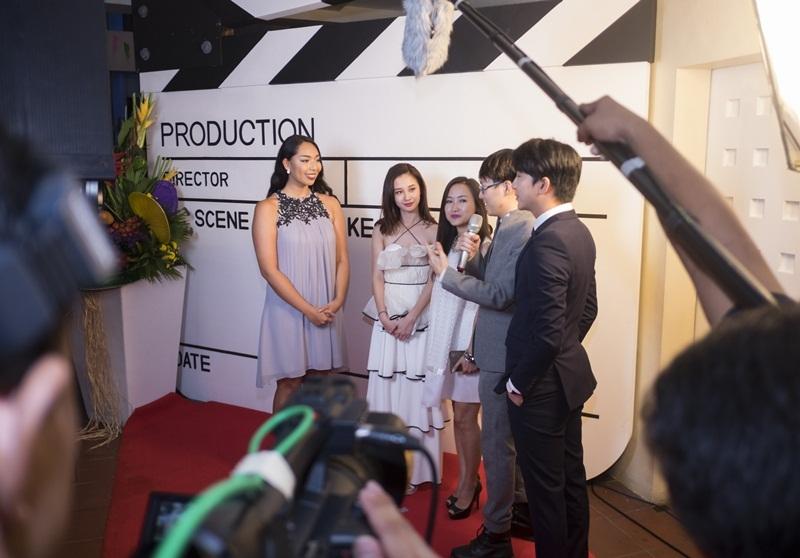 Đoàn phim Vẽ đường cho yêu chạy trả lời PV báo chí.