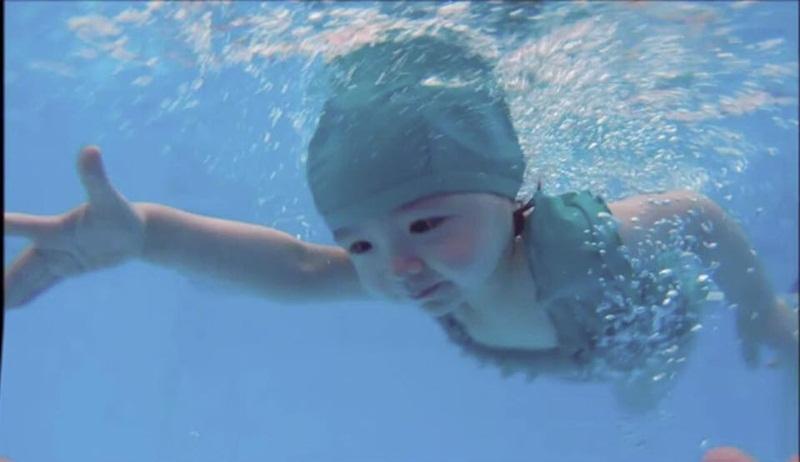 Hình ảnh Cadie Mộc Trà ngụp lặn chuyên nghiệp khiến fan thích thú.