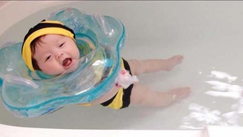 3 tháng tuổi, Cadie đã thích thú đùa nghịch trong làn nước.