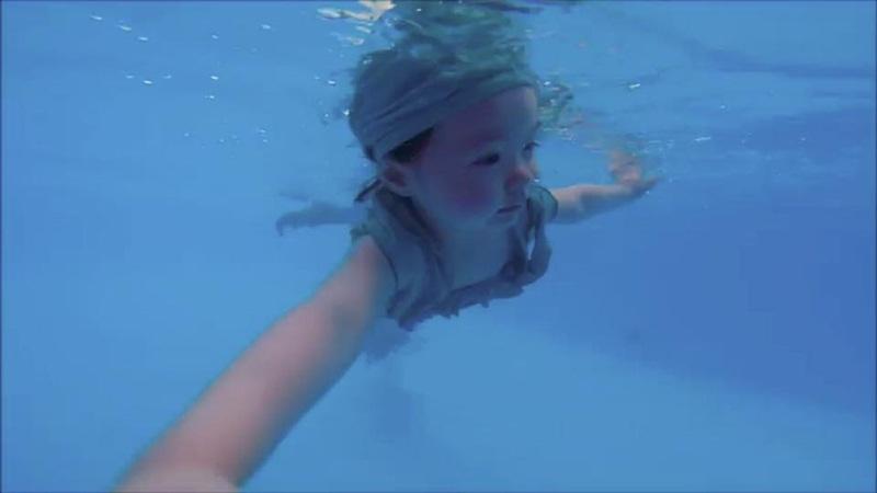 2 tuổi, Cadie Mộc Trà bơi lặn như vận động viên chuyên nghiệp - 11