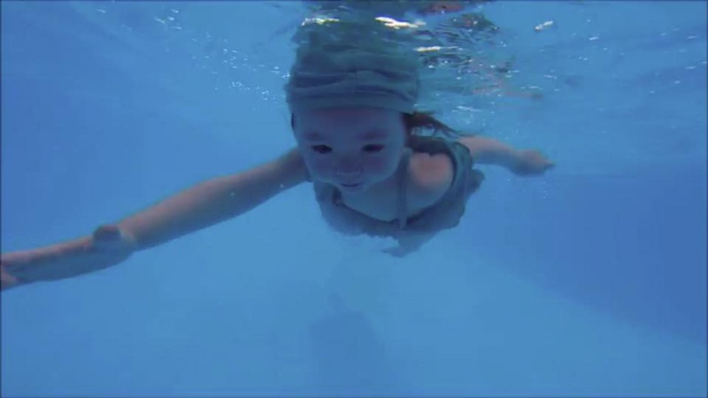 2 tuổi, Cadie Mộc Trà bơi lặn như vận động viên chuyên nghiệp - 10
