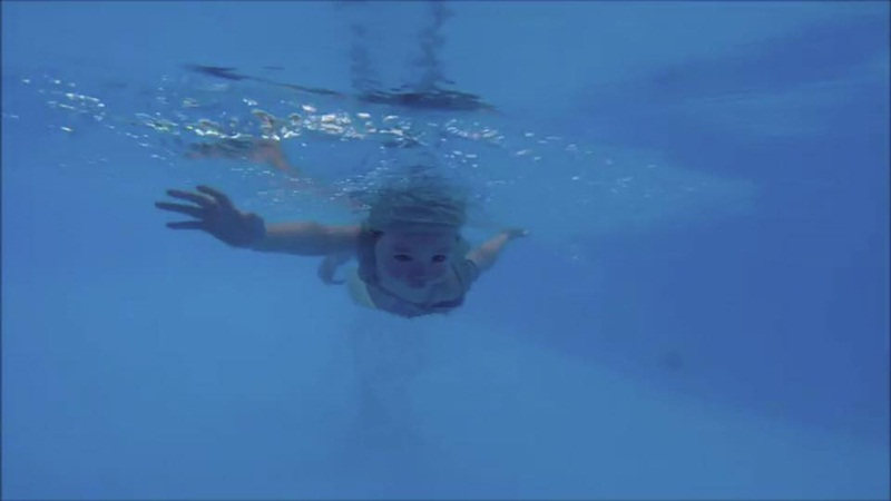 2 tuổi, Cadie Mộc Trà bơi lặn như vận động viên chuyên nghiệp - 9