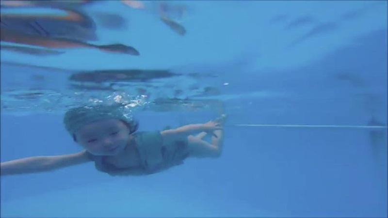 2 tuổi, Cadie Mộc Trà bơi lặn như vận động viên chuyên nghiệp - 12