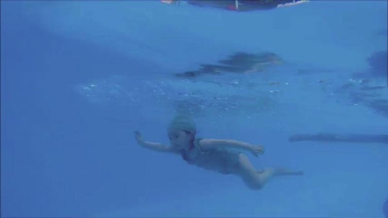 2 tuổi, Cadie Mộc Trà bơi lặn như vận động viên chuyên nghiệp - 13