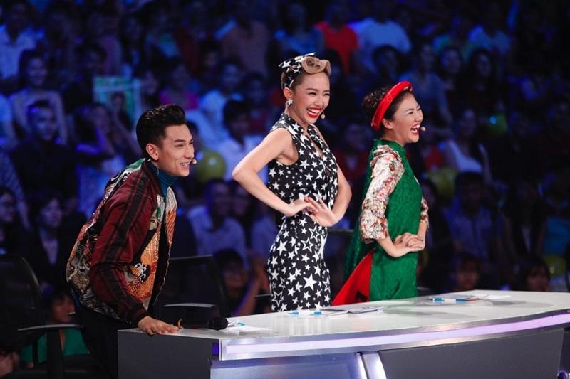 Bộ 3 giám khảo bắt chước cử chỉ điệu đà của Bảo Trân.