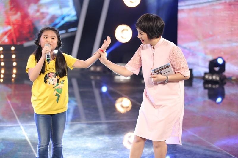 Ca sĩ Ngọc Khuê cũng vô cùng thích thú chất giọng của Bảo Trân trong quá trình hướng dẫn cô bé luyện tập.