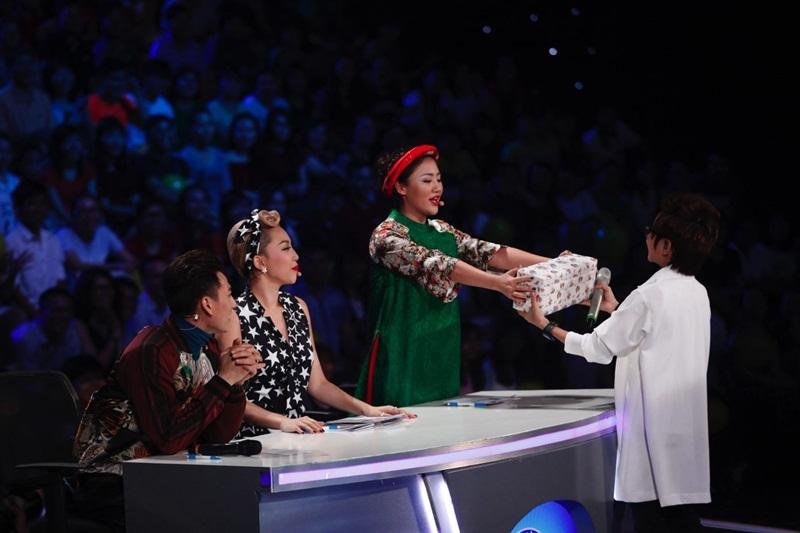 Giám khảo Văn Mai Hương tặng quà Thiên Tùng vì đêm nhạc diễn ra đúng sinh nhật cậu bé.