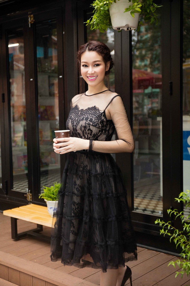 Hoa khôi Trương Tùng Lan khoe vóc dáng với váy ren điệu đà - 6
