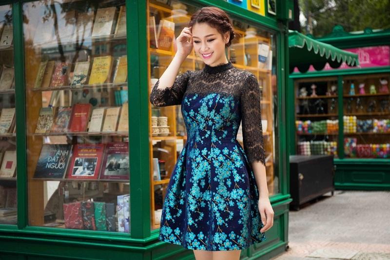 Ở mẫu thiết kế ren kết hợp với gấm dáng váy xòe càng làm tôn lên vẻ mềm mại vốn có và tạo nên sự sang trọng.