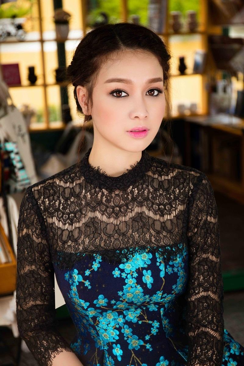 Hoa khôi Trương Tùng Lan khoe vóc dáng với váy ren điệu đà - 4