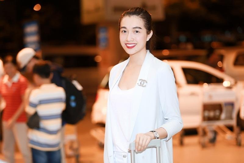 Cô chọn áo xẻ ngực chất liệu thoải mái, phối cùng blazer và quần tây cùng tông.