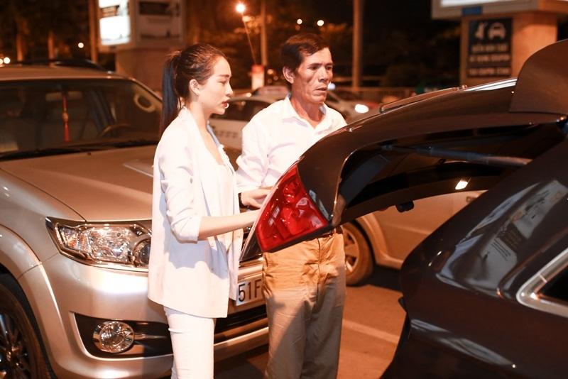 Sau đó, người đẹp Đà Nẵng nhanh chóng tự thu dọn hành lý và lên xe trở về nhà cùng gia đình