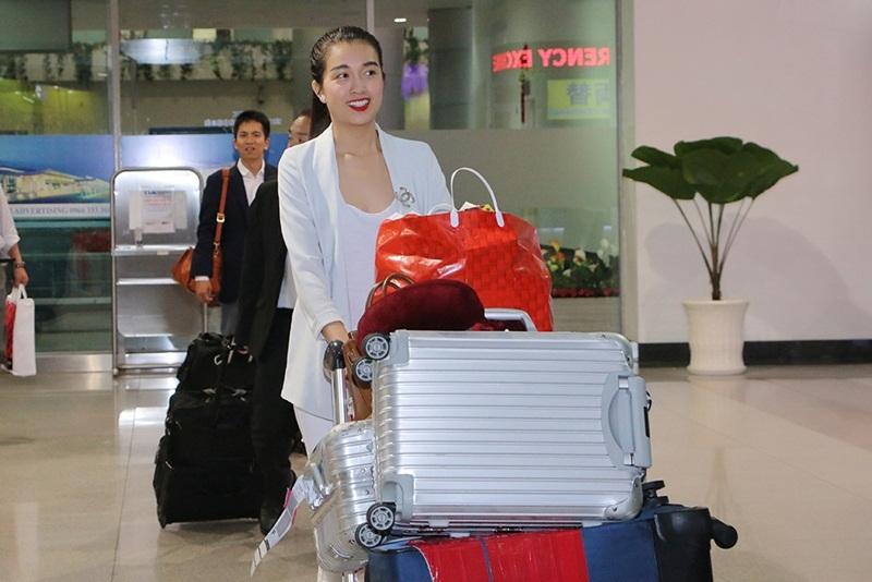 Người đẹp sinh năm 1993 diện trang phục streetstyle giản dị, không cầu kì tại sân bay.