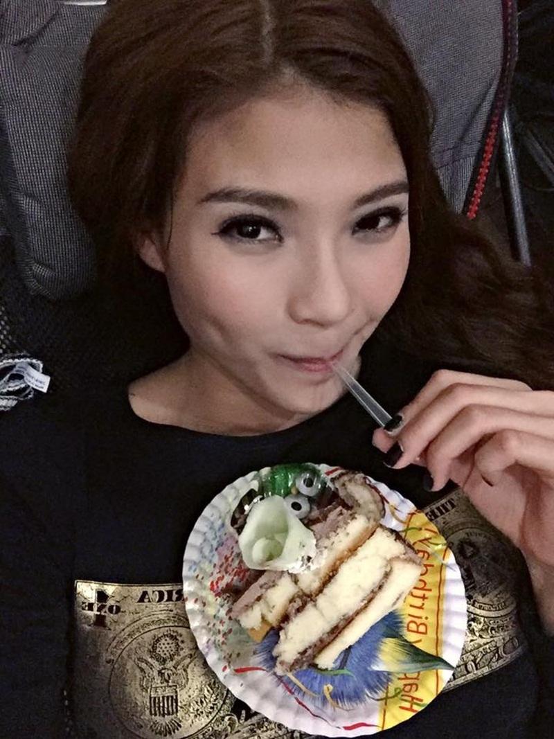Nữ diễn viên ăn bánh kem của đoàn phim tặng và tưởng tượng đang ở bãi biển ăn sinh nhật với chồng.