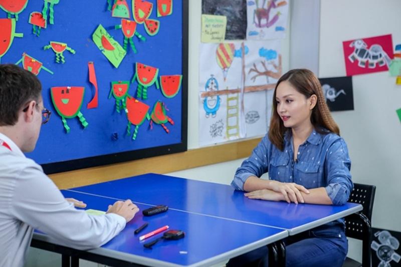 """Tại chương trình, Lan Phương thuyết phục mọi người bởi tài nói chuyện tiếng Anh, chuẩn xác và sắc sảo. Khả năng biểu cảm trên sân khấu hay các vai diễn của mình được cô phát huy khi """"tám"""" trong talkshow bằng tiếng Anh."""