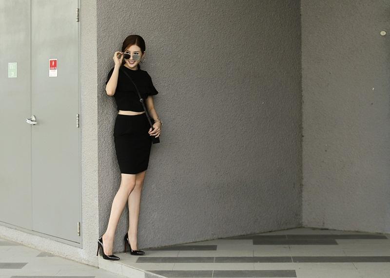 Dù là trang phục bình dân, nhưng cô vẫn rất tự tin dạo bước trên đường phố Sài Gòn.