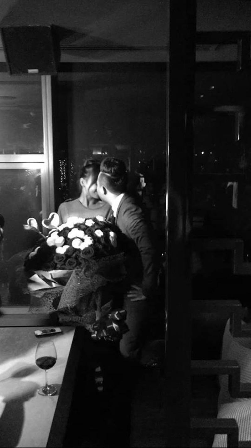 Hình ảnh cặp đôi trao nhau nụ hôn say đắm sau màn cầu hôn. (Ảnh: Quang Đăng cung cấp).