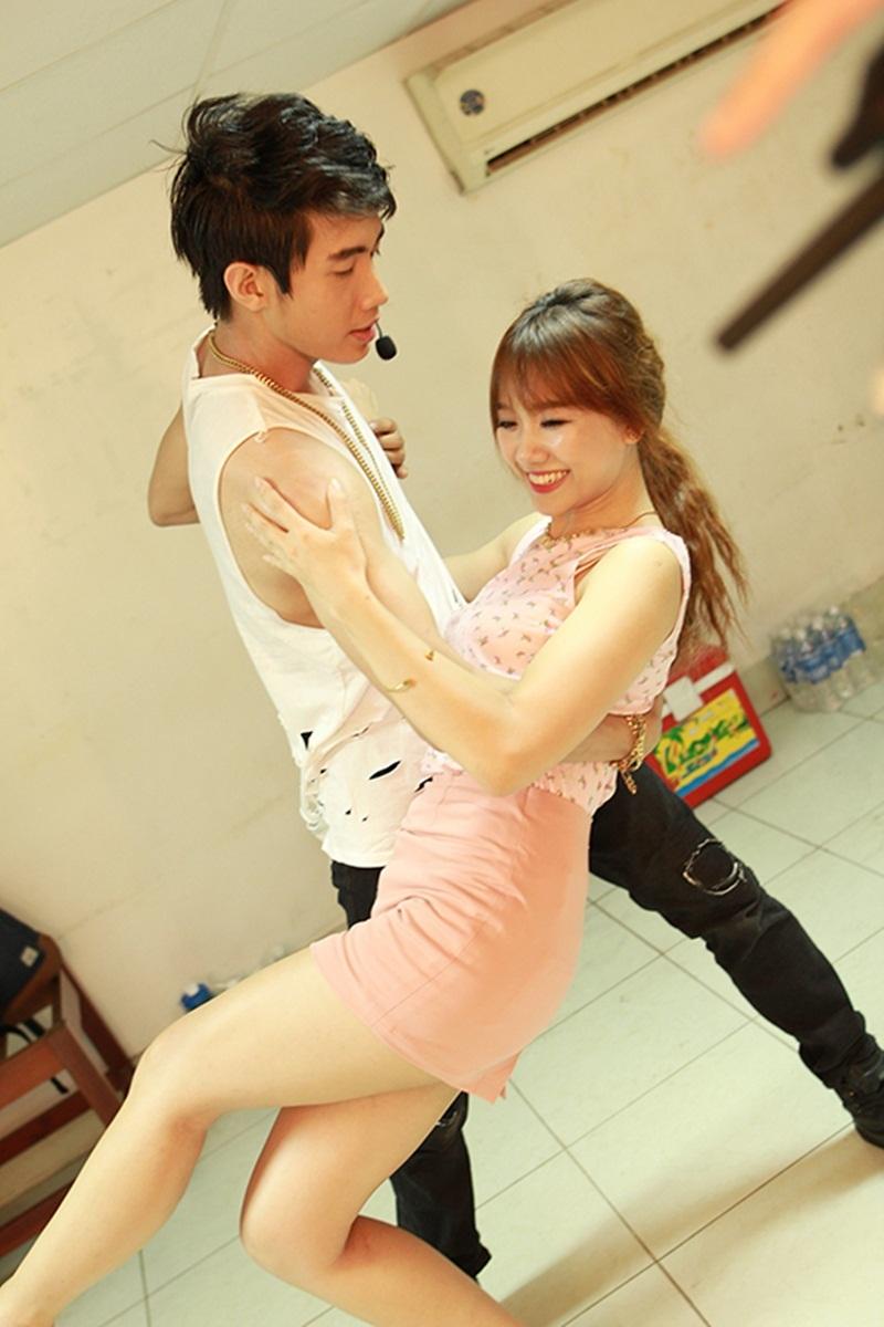Từng là bạn diễn trong phim Trùm cỏ, Quang Đăng nhận xét, Hari Won là người có tính cách dễ thương, hiền lành và hoà đồng