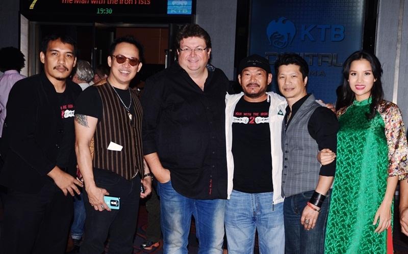 """""""Tuy nhiên, điều tôi cảm thấy vui nhất ở đây chính là được gặp lại những anh em của êkip và đạo diễn The Man with the Iron Fists"""", Dustin Nguyễn nói."""
