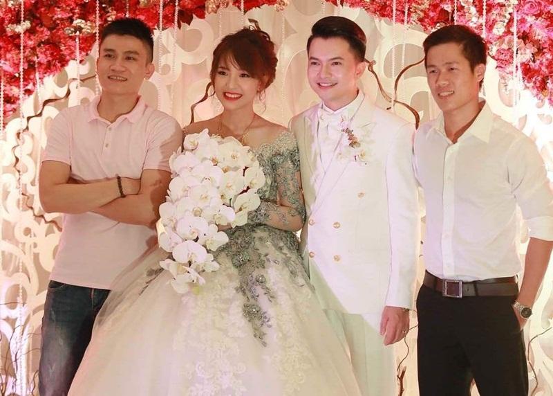 Tiệc cưới của nam ca sĩ diễn ra tại TP HCM cũng chỉ có một số ít bạn bè thân thiết và họ hàng đến dự. Được biết, cô dâu của ca sĩ Nam Cường tên Phương Thảo, sinh năm 1993.