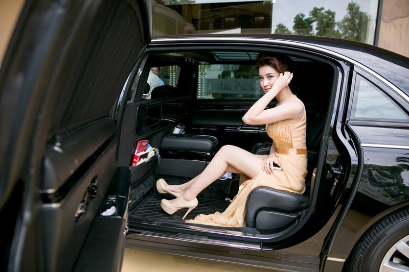 Sáng 11/7, Á hậu Việt Nam 2014 gây chú ý khi được đưa đón bằng một chiếc xe siêu sang đến dự sự kiện. Xế hộp trị giá lên đến một triệu đô (khoảng 22 tỷ đồng).