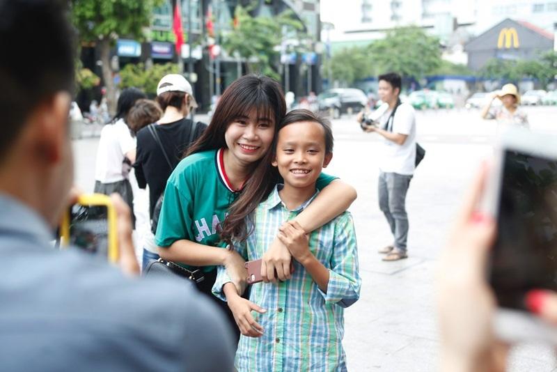 Hồ Văn Cường được nhiều khán giả nhận ra, xin chụp ảnh cùng.