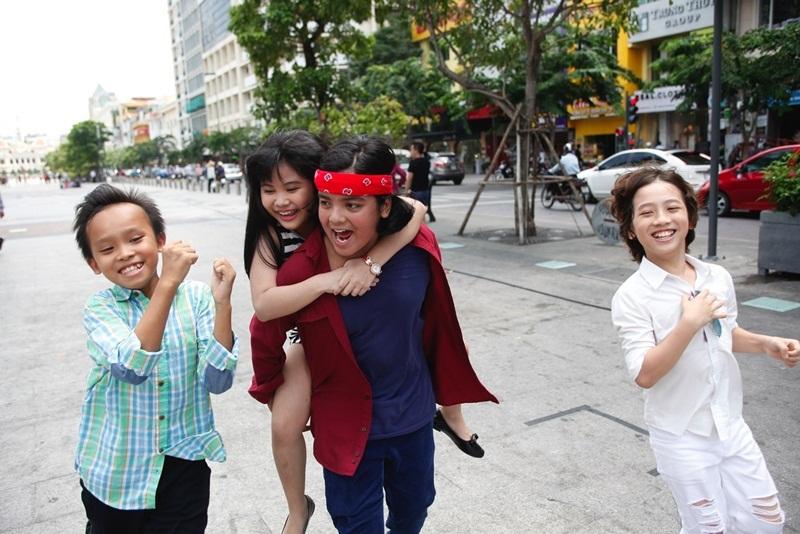 Top 4 hào hứng chụp hình kỷ niệm với khán giả, đồng thời có những khoảnh khắc vô cùng đáng yêu với nhau.