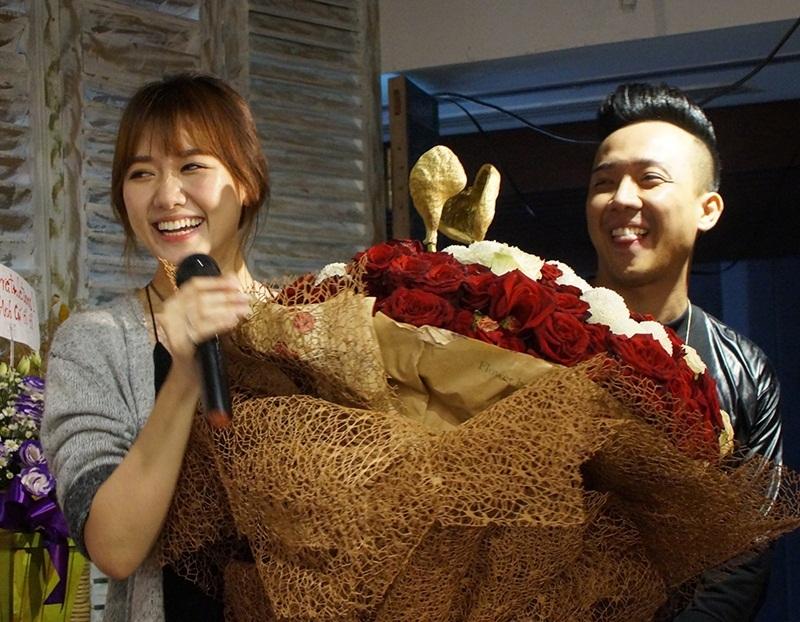 Trong sự kiện ngày 13/7, Trấn Thành tiếp tục gây bất ngờ cho bạn gái khi mang bó hoa to gấp đôi Hari Won tới tặng cô. Trấn Thành còn song ca rất ngọt bên bạn gái.