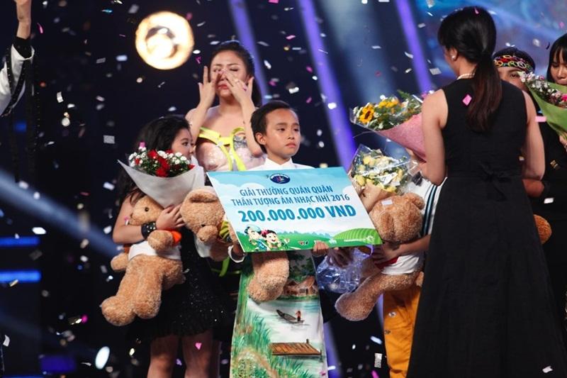 Giám khảo Văn Mai Hương nước mắt không ngừng rơi khi Hồ Văn Cường đăng quang ngôi vị cao nhất.