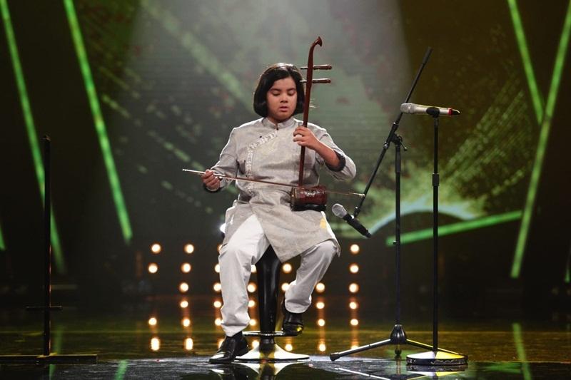 """""""Hoàng tử du ca"""" Jayden thể hiện ca khúc Quê hương (nhạc: Giáp Văn Thạch – Thơ: Đỗ Trung Quân). Jayden còn trổ tài chơi đàn nhị kết hợp cùng giọng hát ngọt ngào, sâu lắng. Cậu bé người New Zealand gốc Việt này đã chơi được đến 14 loại nhạc cụ và được coi là một thần đồng âm nhạc nhỏ tuổi. Là một thí sinh sống ở nước ngoài từ nhỏ nhưng khả năng hát tiếng Việt của Jayden khiến người nghe cảm được sự nâng niu của em đối với từng ca từ của bài hát."""