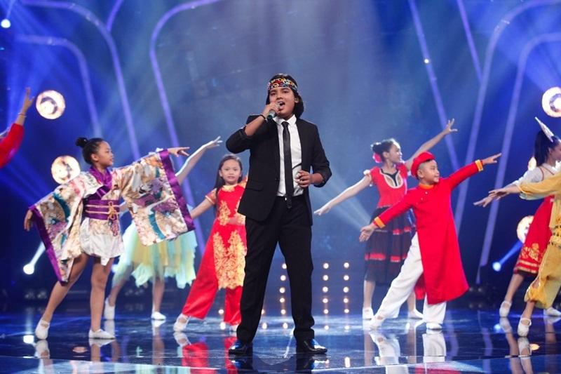 Jayden hiện đại với We are the world (Michael Jackson – Lionel Richie). Với ca khúc We are the world, chất hiện đại, hợp thời và hát bằng cảm xúc tràn ngập nhưng vô cùng chỉn chu của Jayden vẫn được em phát huy tối đa. Jayden được đánh giá là thí sinh có thể kết hợp được sự hiện đại của những dòng nhạc hợp thời với nét truyền thống trong nhạc Việt nên dù hát tiếng Anh hay tiếng Việt, em đều chiếm trọn vẹn tình cảm của khán giả.