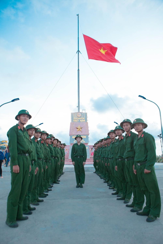Cảm xúc dâng trào với hình ảnh lá cờ Tổ quốc kiêu hãnh, hiên ngang bay trên đảo Lý Sơn.