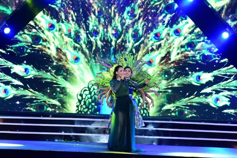 Ánh sáng tuyệt đẹp trong màn biểu diễn của ca sĩ Hồ Quỳnh Hương.