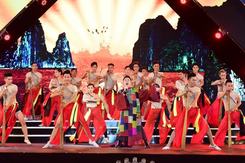 Những hình ảnh tuyệt đẹp về biển cả quê hương xuất hiện trên màn hình trong phần biểu diễn của ca sĩ Tùng Dương.