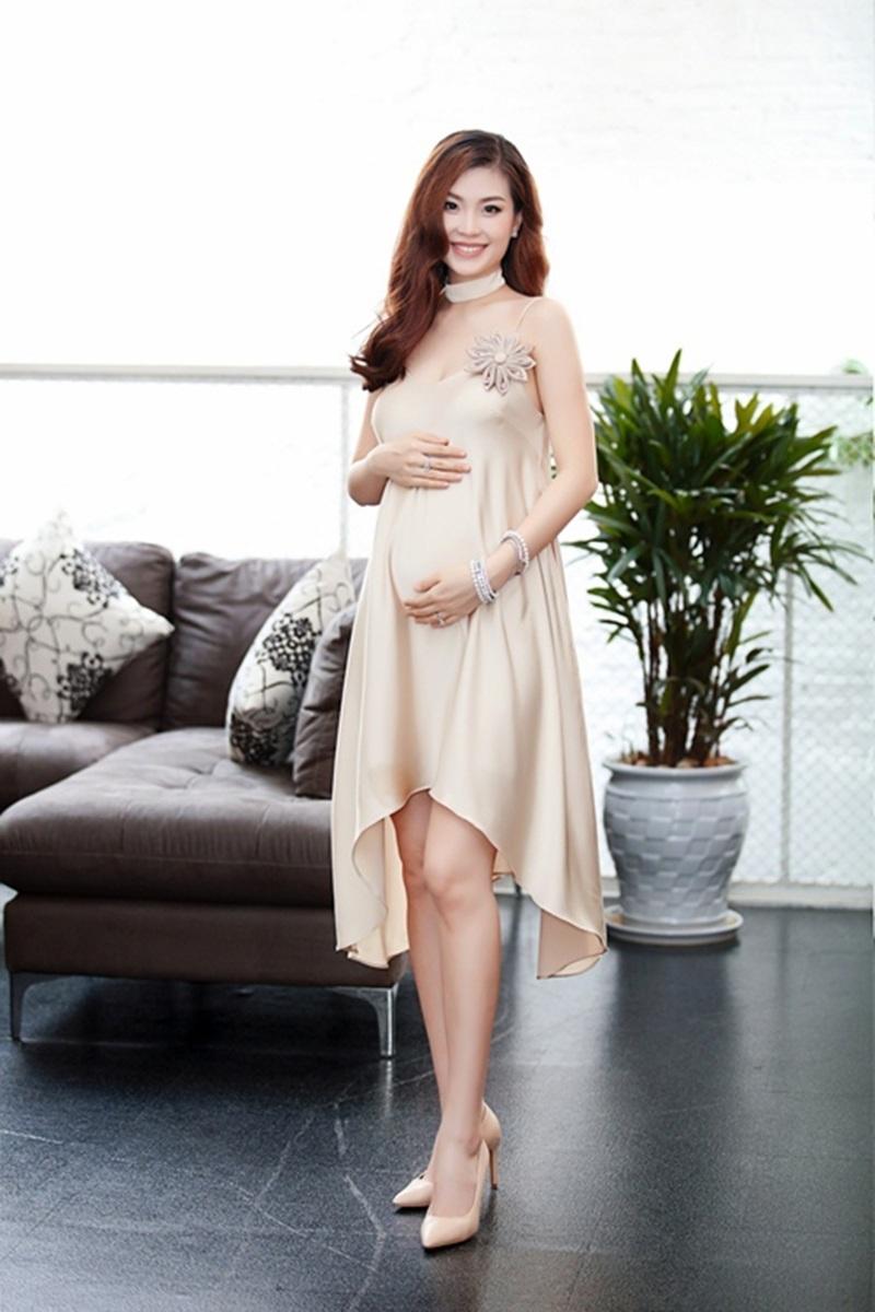 Hiện tại người đẹp đang ở tháng thứ 7 của thai kì, hồi hộp chờ đón con đầu lòng.