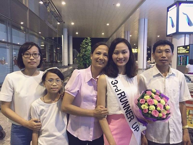 Lan Anh trong vòng tay gia đình sau khi về tới sân bay Nội Bài (Hà Nội).