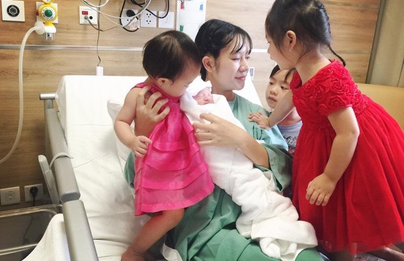 Các con của cặp đôi hào hứng đón em bé.