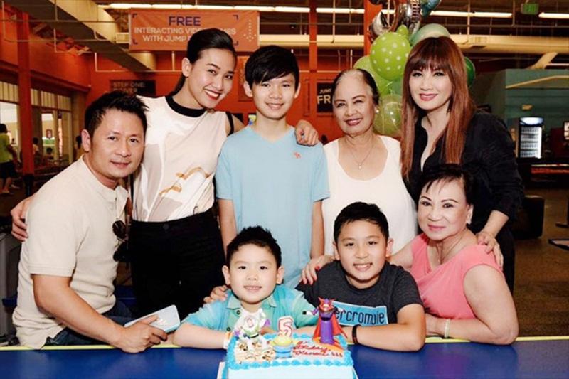 Bằng Kiều cùng vợ cũ, bạn gái mới và các con trong tiệc sinh nhật con trai út.
