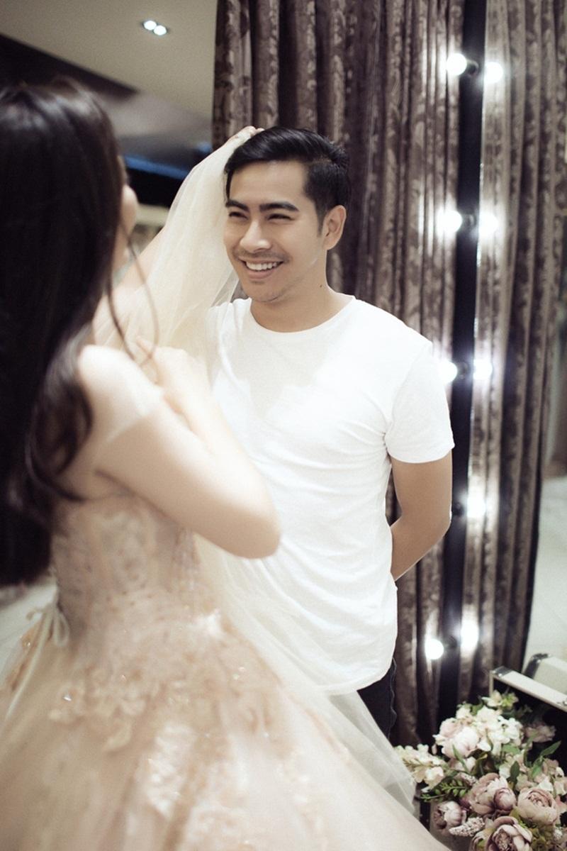 """Sau những lời """"hối thúc"""" đó, công chúng được phen bất ngờ khi những hình ảnh Thanh Bình đưa Ngọc Lan đi thử áo dài và váy cho ngày ăn hỏi được chia sẻ."""