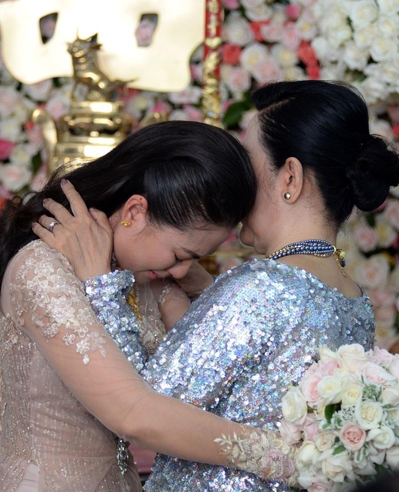 Nghe những lời dặn dò của mẹ, Ngọc Lan không kiềm được xúc động đã òa khóc nức nở.